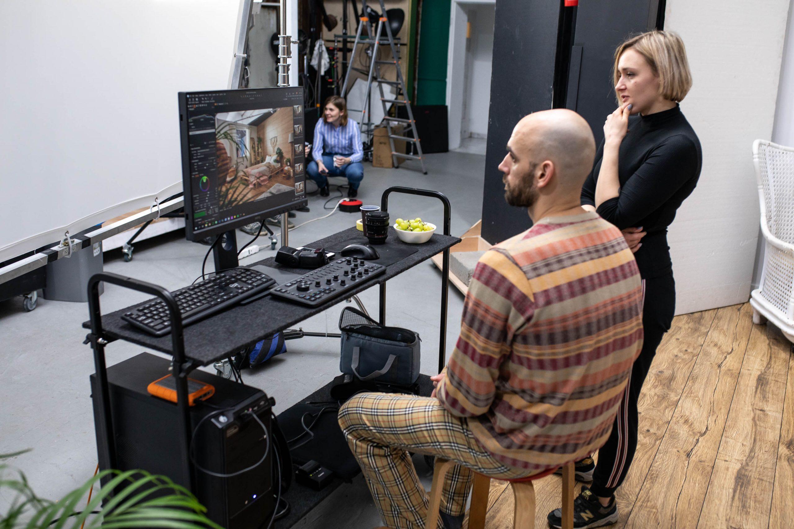 Mateusz Drozd podczas przeglądania zdjęc do kampani reklamową Walldesign
