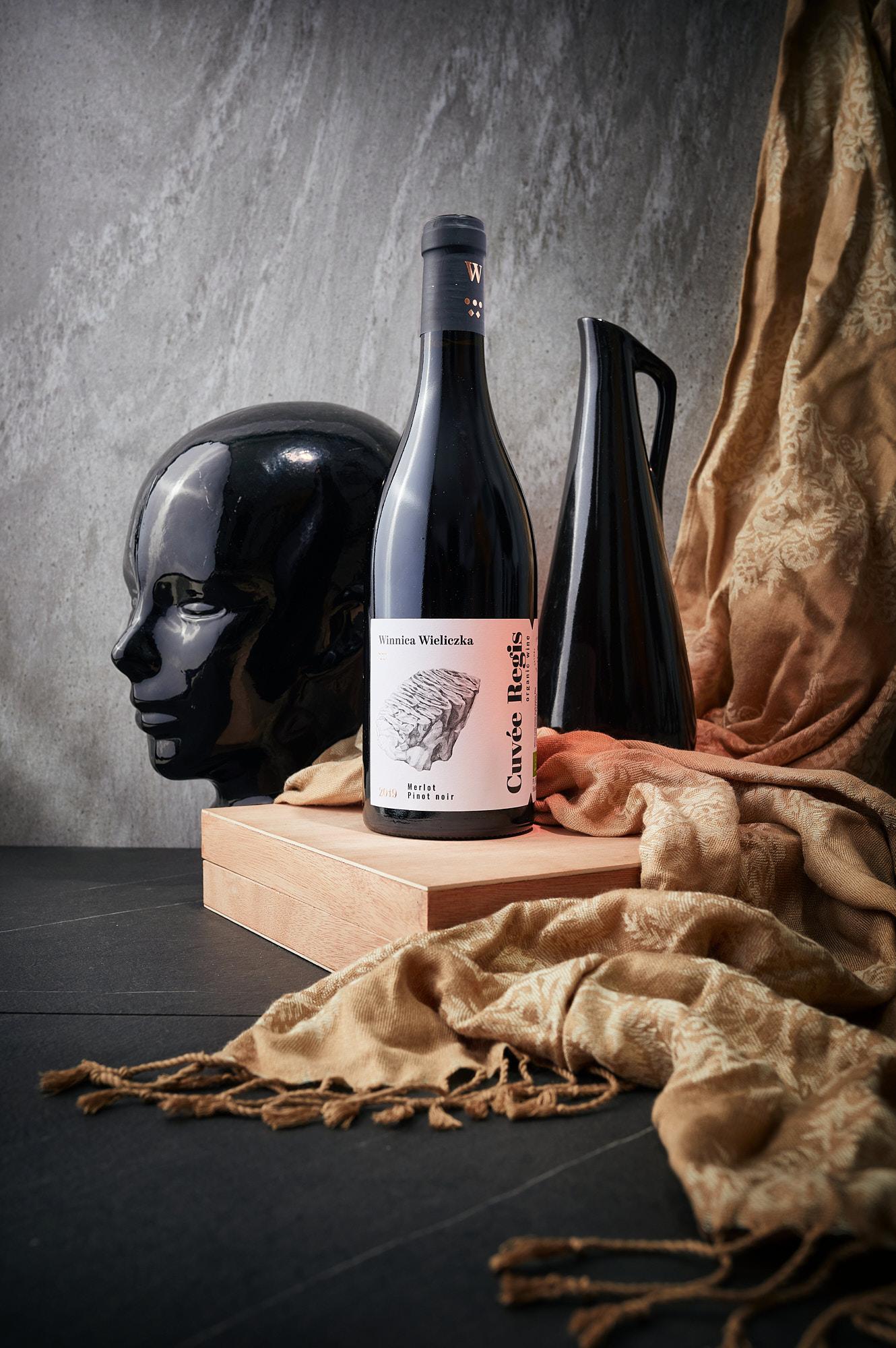 Fotografia reklamowa wina, przygotowana dla Winnicy Wieliczka.