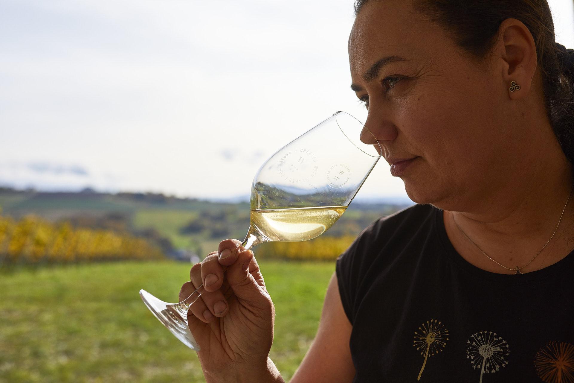 Fotografia właścicielki Winnicy Wieliczka sprawdzającej aromat wina w winnicy